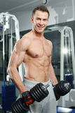 Sporty seksowny mężczyzna pozuje w gym Zdjęcia Stock