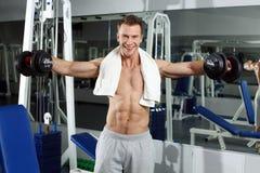 Sporty seksowny mężczyzna pozuje w gym Obrazy Royalty Free