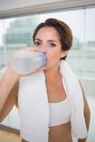 Sporty spokojna brunetka pije od bidonu Zdjęcia Stock