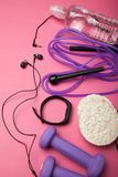 Sporty strój i wyposażenie na różowym tle zdjęcie stock