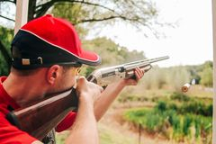 Sporty strzela talerze tropi karabinową odjeżdżanie skrzynkę zdjęcie stock
