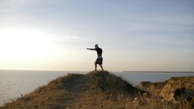 Sporty trenuje na na wolnym powietrzu, mięśniowego pugilist boksera męscy ćwiczy poncze przed zacierać się na treningu na wzgórzu zbiory wideo