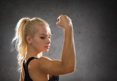 Sporty woman from the back flexing her biceps Stock Photography