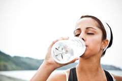Sporty woman drinking water Royalty Free Stock Photography