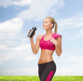 Sporty woman drinking water from sportsman bottle Royalty Free Stock Images