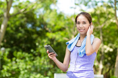 Sporty woman hold with cellphone and listen to music Royalty Free Stock Photos