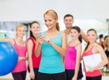 Sporty woman with smartphone Royalty Free Stock Photos