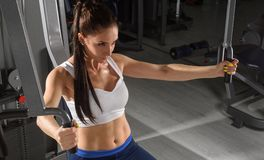 Sporty woman training in tjhe gym Royalty Free Stock Photography