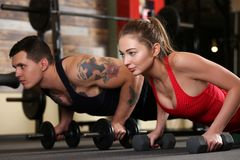 Sporty young couple work out together Royalty Free Stock Photos