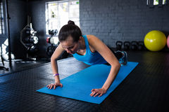 Sporty young woman doing push-ups Stock Photography