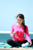 Sporty young woman using cellphone Royalty Free Stock Photos