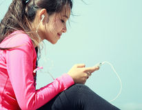 Sporty young woman using cellphone Royalty Free Stock Images