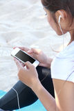 Sporty young woman using cellphone Royalty Free Stock Photography