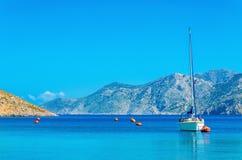 Sportyacht på ankaret i fjärd av den grekiska ön Royaltyfri Fotografi