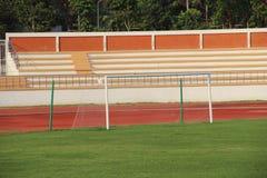 Sportzetels in openbaar stadion stock afbeeldingen