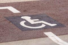 Sposób koła krzesło w ogródzie, niepełnosprawny ikona znak na drodze w jawnym parku Zdjęcie Stock
