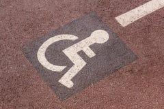 Sposób koła krzesło w ogródzie, niepełnosprawny ikona znak na drodze w jawnym parku Obrazy Stock