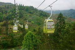 Sposób osiągać szczyt cableway kabiną w Guilin górze zdjęcia stock