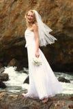 Sposa abbastanza bionda lungo l'oceano Fotografia Stock Libera da Diritti
