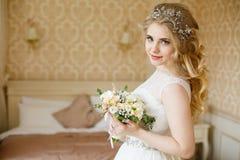 Sposa abbastanza giovane Mattina del boudoir della sposa fotografie stock