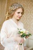 Sposa abbastanza giovane Mattina del boudoir della sposa immagini stock