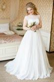 Sposa abbastanza giovane Mattina del boudoir della sposa fotografia stock libera da diritti