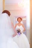 Sposa accanto allo specchio Fotografia Stock