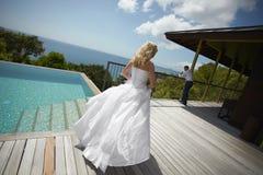 Sposa adorabile che trova area di stagno prima delle nozze Fotografia Stock