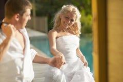 Sposa adorabile e sposo che trovano area di stagno dopo le nozze Fotografia Stock Libera da Diritti