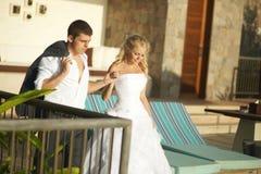 Sposa adorabile e sposo che trovano area di stagno dopo le nozze Immagine Stock Libera da Diritti