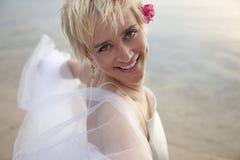 Sposa affascinante sulla spiaggia fotografia stock