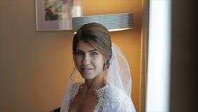 Sposa affascinante in vestito bianco stock footage