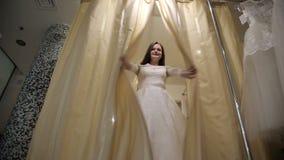 Sposa al salone in vestito da sposa stock footage