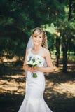 Sposa all'aperto in una foresta Fotografia Stock Libera da Diritti
