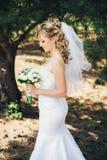 Sposa all'aperto in una foresta Fotografie Stock