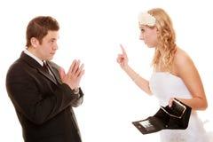 Sposa arrabbiata con la borsa vuota e lo sposo che litigano Immagini Stock