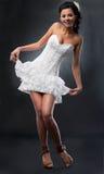 Sposa attraente in breve vestito nuziale. fotografia stock