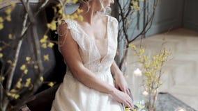 Sposa bionda in vestito da sposa bianco da modo con trucco archivi video