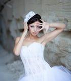 Sposa in cappello vicino alla parete di pietra Fotografie Stock