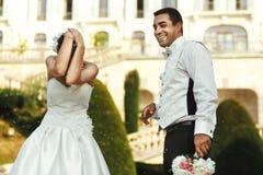 Sposa castana felice divertendosi con lo sposo bello Fotografia Stock Libera da Diritti