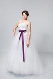 Sposa castana in vestito da sposa bianco Immagine Stock