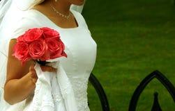 Sposa che cammina con i suoi fiori fotografie stock
