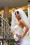 Sposa che cammina con il mazzo fotografie stock libere da diritti