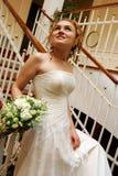 Sposa che cammina di sotto con il mazzo fotografie stock libere da diritti