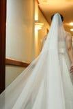 Sposa che cammina giù la navata laterale alla cerimonia nuziale Immagine Stock Libera da Diritti
