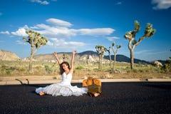 Sposa che celebra nel deserto Fotografia Stock Libera da Diritti