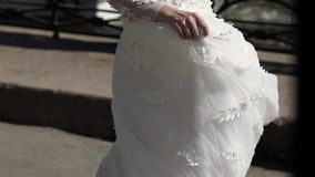 Sposa che circonda in una città ed in un vestito d'ondeggiamento archivi video