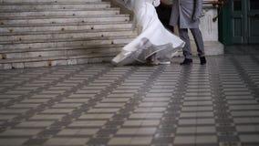 Sposa che circonda vicino al vestito da sposa d'ondeggiamento dallo sposo stock footage