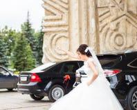 Sposa che imbroglia intorno Fotografie Stock Libere da Diritti