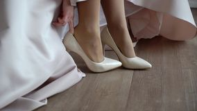 Sposa che indossa le scarpe nuziali stock footage
